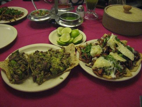 Tacos de pastor y bistec con aguacate